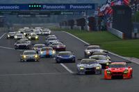 GT300クラスは、危なげない走りでNo.55 ARTA BMW M6 GT3(写真右端)が勝利を手にした。