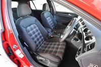 赤を差し色にしたタータンチェックのシート地は、「ゴルフGTI」の伝統的なディテールのひとつだ。