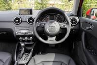 「A1スポーツバック」には、3ドアの「A1」ではオプションとなるプッシュ式のエンジンスターター「アドバンストキーシステム」が標準装備される。