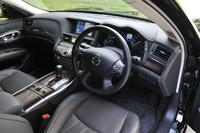 外装だけでなく、内装のデザインも「フーガ」に準じている。試乗車「VIP G」は最上級グレードで、セミアニリン仕上げの本革シート(一部に人工皮革を使用)と、銀粉をすり込ませた本木目のフィニッシャーパネルが標準装備となる。