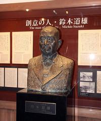 創業者である鈴木道雄(1887-1982年)の胸像。