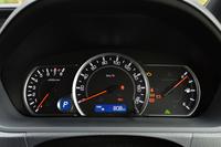 ガソリン車である「ZS」のメーターパネル。ハイブリッド車とは、色使いのほか、左側のタコメーター(ハイブリッド車ではパワーメーター)が異なる。