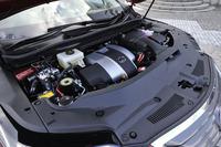 「RX450h」のパワーユニットは、状況によって筒内直接噴射とポート噴射を使い分ける燃料噴射システム「D-4S」を搭載した3.5リッターV6エンジンと、電動モーターの組み合わせとなる。