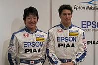 1982年生まれの2人、武藤英紀(左)とロイック・デュバル。武藤はヨーロッパのジュニア・フォーミュラで経験を積み、2年間全日本F3を戦い、今年スーパーGTとフォーミュラ・ニッポンにステップアップした。いっぽうフランス人デュバルもヨーロッパでフォーミュラをドライブ。2003年にはフォーミュラ・ルノーのチャンピオンにもなった。ユーロF3で2シーズンを過ごし、2005年のマカオGPではポールポジションを獲得した。武藤同様、中嶋悟のチームでフォーミュラ・ニッポンにもチャレンジする。