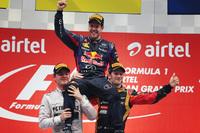 8月末のベルギーGPから6連勝、今季10勝目をあげ4年連続のワールドチャンピオンとなったレッドブルのセバスチャン・ベッテル(中央)。メルセデスのニコ・ロズベルグ(左)は2位、ロータスのロメ・グロジャン(右)は3位でインドGPを終えた。(Photo=Red Bull Racing)