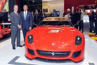 ジュネーブショーでのプレス会見の模様。写真は、フェラーリの副社長ピエロ・フェラーリ氏(左)と、インドの自動車メーカー、タタモーターズのラタン・タタ社長(右)。写真=Ferrari S.p.A