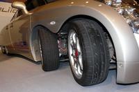 最高速度370km/hを達成した、8輪の電気自動車「Eliica」。8輪にはそれぞれインホイールモーターが備わる。