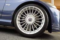 足元には、新デザイン「ALPINA CLASSIC(Styling III)」の19インチホイールが装着される。タイヤサイズは、フロントが245/35ZR19、リアは265/35ZR19。