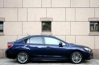 セダン「インプレッサG4」のサイドビュー。幅や高さはハッチバックと同じだが、長さはトランクの分だけ165mm長くなる。