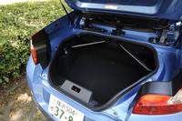 トランクルーム容量は270リッター。オープンカー(特にクーペカブリオレタイプ)の多くは屋根を開けると荷室容量が小さくなるが、「ウインド」はさにあらず。