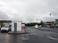 フランスで。スーパーの横に設置されたドライブスルー型スタンド。