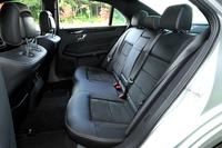 「E250アバンギャルド」のリアシート。有償オプションとして本革シートも用意される(写真は「レザーDINAMICA」)。