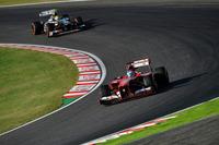 タイトル獲得は絶望的だが、ランキング2位のアロンソ(手前)は自らのレースをこなした。予選8位からスタートで6位、レース中盤には5位と駒を進め、シーズン後半戦になって勢いに乗るザウバーのニコ・ヒュルケンベルグを仕留めて4位でフィニッシュした。(Photo=Ferrari)