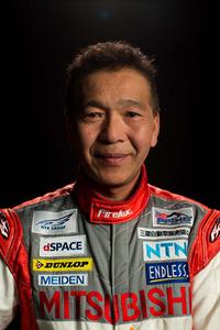 ドライバーとチーム監督を兼任する増岡 浩選手。