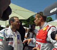 人垣の中で話しこむのは、最多勝を誇るT・クリステンセン(写真右)と、ルマンでの初優勝を狙うJ・ヴィルヌーヴ。