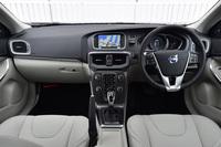 「V40 D4 SE」のインテリア。今回の新型車導入では、各種情報検索や天気予報、グローバルラジオなどのサービスを提供するアプリ「SENSUS CONNECT」の採用もトピックとなっている。