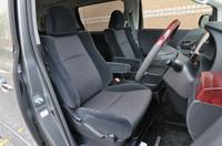 240Sのシート調整はマニュアル。電動はオプションでも選べない。