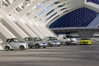 ダイムラーのエコカーそろい踏み、の図。写真左から「スマートED」、「Aクラス E-CELL」、「Bクラス F-CELL」、商用車「ヴィト」のE-CELL、そしてスーパースポーツ「SLS AMG E-CELL」。