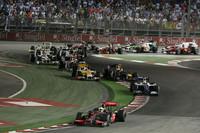 ルイス・ハミルトン(写真先頭)がポール・トゥ・ウィンで今季2勝目を掴んだ。前戦イタリアGPでは最終周にクラッシュし、3位の座を逃がしたチャンピオンだったが、シンガポールでは緊張の糸を切らすことなく、2時間弱の長丁場で完勝した。(写真=Mercedes Benz)