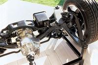 リアのマルチリンク式サスペンションは、サブフレームに吊られる。