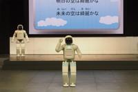 シュートも決める新型「ASIMO」が一般公開
