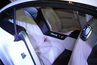 フロントシートの背面をえぐれた形状としたこともあり、リアシートのレッグスペースは4cmほどゆとりを増した。