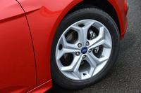 標準で与えられる17インチアルミホイール(タイヤサイズ:215/50R17)。オプションで18インチも用意される。