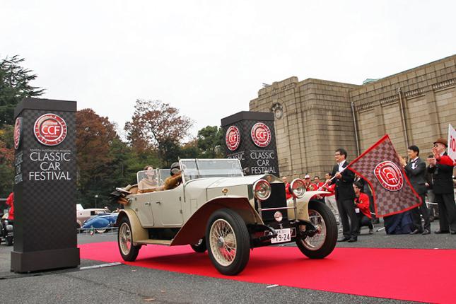 午前10時20分、白洲次郎のベントレーや吉田茂のロールス・ロイスなどを維持管理していることで知られるワクイ・ミュージアム所蔵の1923年「ロールス・ロイス20HPオープンツアラー」を先頭に、およそ100台の参加車両がパレードに向けてスタート。