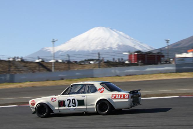 """「NISSANヒストリックカー エキシビションレース」に出走した、通称ハコスカこと3代目スカイラインの「ハードトップ2000GT-R」(KPGC10)。富士山にこれほど似合うクルマもめったにないだろう。まさしく""""ニッポンのGT""""である。"""
