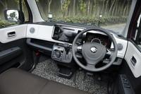 ドアまで伸びた白いガーニッシュとブラックのオーディオパネルのコントラストが目を引くインテリア。上級グレード「T」(写真)には本革巻きステアリングホイールが装備される。