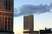 モノレールの車窓から。64階建ての「トランプ インターナショナルホテル ラスベガス」。オーナーは、共和党の大統領候補戦で話題の、ドナルド・トランプ氏。
