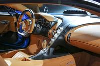 ボディーサイドの「Cバー」は室内でも反復され、ドライバーとパッセンジャーを優雅に仕切っている。