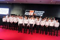 フォトセッションにてステージ上に並ぶトヨタのモータースポーツ関係者。