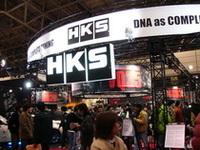 写真のHKSのような常連のチューナーだけでなく、新参パーツメーカーなども、ニーズにあった商品をいち早く作り出している。