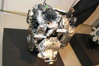 ヨーロッパ市場向けの小型車用として2015年以降に市場投入予定という1.4リッター直4ディーゼルターボエンジン。基本設計は従来型と同じコンベンショナルなSOHC2バルブだが、小型高効率ターボやLPL EGRシステムなどの採用により、低燃費と走行性能、そしてNOx触媒なしに「EURO6」に対応する環境性能を実現した。