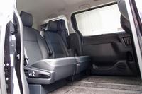 超ロングスライド(写真の状態)が可能な、7人乗り仕様のセカンドシート。室内高はクラストップの1400mmを誇る。