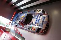 本社ショールームの壁に飾られたレーシングカー「日産R390」。オーテックジャパンが担うロードカー事業が「ニスモ・カーズ」と呼ばれるのに対し、NISMOが担うモータースポーツ事業は「ニスモ・レーシング」と通称されるという。