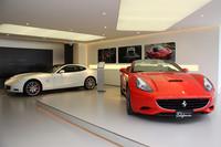 「フェラーリ・カリフォルニア」と「612スカリエッティ」が展示された1階。