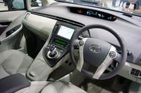 新型プリウスの運転席まわり。先代モデルと異なり、中央にはセンターコンソールが横たわる。