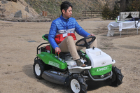 乗用芝刈り機「ラビットモア」は、意外なほど乗り心地がよく小回りも利く。
