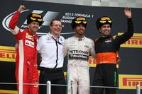 ロシアGPを2年連続で制したメルセデスのルイス・ハミルトン(右から2番目)、2位に終わったフェラーリのセバスチャン・ベッテル(一番左)、そしてフォースインディアを駆り3位に入ったセルジオ・ペレス(一番右)。(Photo=Mercedes)