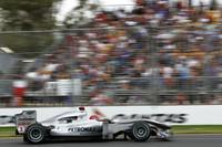 スタートでアロンソとバトンの接触の餌食となった予選7位のミハエル・シューマッハー。1周目にフロントウィング交換でピットへ入り後退、結局10位完走。(写真=Mercedes Benz)