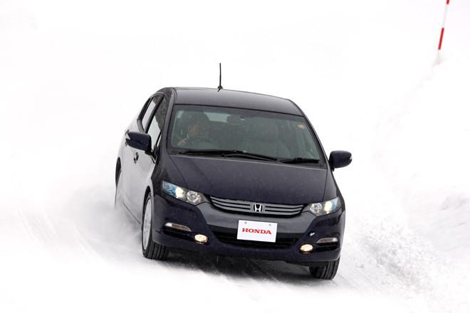トップバッターは売れっ子のハイブリッドカー「インサイト」。持ち前の「コーチング機能」にしたがって、やさしくエコロジーな運転を心がければ、雪道も安全に走れて一石二鳥。試乗車「LS」は最上級グレードで、ABSや横滑り防止装置を統合制御するVSAを標準で備える。