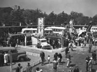 1954年4月20日から29日まで日比谷公園で開催された「第1回全日本自動車ショウ」(欧文表記はTOKYO MOTOR SHOW)の風景。出展車両267台中、乗用車はわずか17台で、あとはトラック(三輪含む)、バス、特装車、二輪車などだった。入場は無料で、来場者数は54万7000人を数えた。(写真=トヨタ自動車)