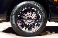 クロームのアルミホイールに組み合わされるのは、275/55R20サイズのオールシーズンタイヤ。