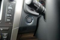 カローラフィールダーSエアロツアラーのインパネ。写真をクリックするとステアリングコラムの脇にあるエンジンスイッチが見られます。