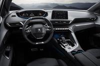 内装色はグレー。アルカンターラを使用したシートやクロームパーツなどが採用される。