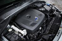 新世代パワートレイン「Drive-E」の第1弾として登場した2リッター直4直噴ガソリンターボエンジンは、出力性能だけでなくクラストップレベルの燃費も自慢。従来型のT5エンジンと比べて5ps/3.1kgm(30Nm)向上の245ps/35.7kgm(350Nm)を達成しながら、「S60 T5 R-DESIGN」で14.6km/リッターという燃費を実現した。
