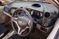 べーシックグレード「G」の主要装備は、フルオートエアコン、燃費などがわかるマルチインフォメーション・ディスプレイ、プライバシーガラス、フロントアクティブヘッドレスト、キーレスエントリーシステムなど。ナビは全グレードでオプション扱いとなる。