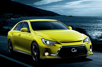 """「マークX 350S""""G's""""」(オプション装着車)。外板色は「マークX」特別仕様車""""Yellow Label(イエローレーベル)""""のものと同じアウェイクンイエロー。"""